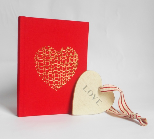 A6-Red-Gold-Knit-heart